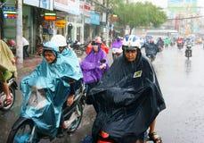 Gente vietnamita, città di Ho Chi Minh in pioggia Fotografie Stock