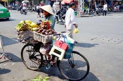 Gente vietnamita con il negozio della frutta della bicicletta Immagini Stock Libere da Diritti