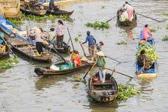 Gente vietnamita en el barco en el mercado flotante de Nga Nam por la mañana Imagen de archivo
