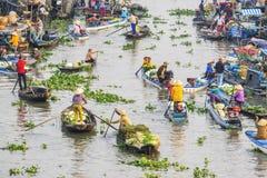 Gente vietnamita en el barco en el mercado flotante de Nga Nam por la mañana Imágenes de archivo libres de regalías