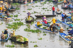 Gente vietnamita en el barco en el mercado flotante de Nga Nam por la mañana Imagenes de archivo