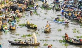 Gente vietnamita en el barco en el mercado flotante de Nga Nam por la mañana Fotos de archivo libres de regalías