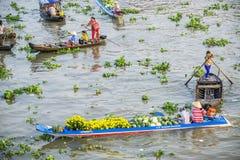Gente vietnamita en el barco en el mercado flotante de Nga Nam por la mañana Foto de archivo libre de regalías