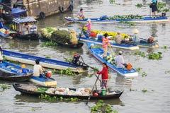 Gente vietnamita en el mercado flotante de Nga Nam Fotografía de archivo