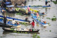 Gente vietnamita en el mercado flotante de Nga Nam Imagen de archivo libre de regalías