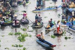 Gente vietnamita en el mercado flotante de Nga Nam Fotos de archivo libres de regalías