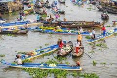 Gente vietnamita en el mercado flotante de Nga Nam Imagenes de archivo