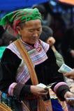 Gente vietnamita que lleva el traje tradicional en el mercado de Bac Ha, Fotos de archivo libres de regalías