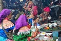 Gente vietnamita que lleva el traje tradicional en el mercado de Bac Ha, Imagen de archivo