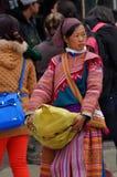 Gente vietnamita que lleva el traje tradicional en el mercado de Bac Ha, Fotografía de archivo