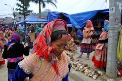 Gente vietnamita que lleva el traje tradicional en el mercado de Bac Ha, Imagen de archivo libre de regalías