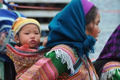 Gente vietnamita que lleva el traje tradicional en el mercado de Bac Ha, Fotos de archivo