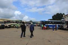 Gente y autobuses en Manzini céntrico, Swazilandia, África meridional, infraestructura africana fotografía de archivo libre de regalías