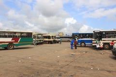 Gente y autobuses en Manzini céntrico, Swazilandia, África meridional, infraestructura africana foto de archivo