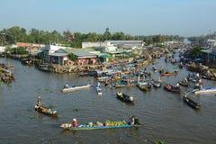 Gente y barcos en el mercado flotante en la provincia de Soc Trang, Vietnam Imagenes de archivo