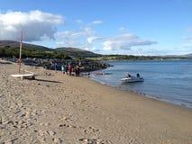 Gente y barcos en la playa Fotografía de archivo libre de regalías