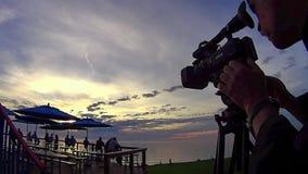 Gente y cámara 1 de la puesta del sol almacen de video