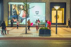 Gente y calles, coches y tiendas urbanos Imagenes de archivo