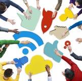 Gente y carteles sociales coloridos del símbolo del establecimiento de una red Imágenes de archivo libres de regalías