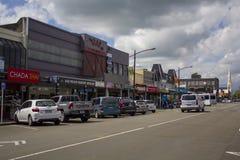 Gente y coches en una calle por la tarde, Nueva Zelanda imagenes de archivo