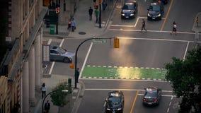 Gente y coches que cruzan la intersección Timelapse metrajes