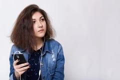 Gente y concepto de la tecnología Forme el retrato de la forma de vida de la chaqueta avellano-observada de la mezclilla de la mu imágenes de archivo libres de regalías