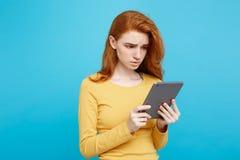 Gente y concepto de la tecnología - muchacha blanda atractiva hermosa joven del redhair del jengibre del retrato ascendente cerca Fotografía de archivo libre de regalías