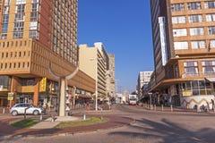 Gente y edificios residenciales y de Comercial en frente de la playa Fotos de archivo