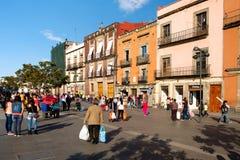 Gente y edificios viejos coloridos al lado del Zocalo en Ciudad de México Fotos de archivo