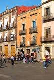 Gente y edificios viejos coloridos al lado del Zocalo en Ciudad de México Fotografía de archivo