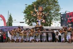 Gente y esculturas durante la ceremonia de Nyepi en Bali, Indo Fotos de archivo