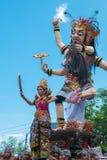 Gente y esculturas durante la ceremonia de Nyepi en Bali, Indo Imagen de archivo