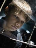Gente y espacio Tecnologías futuras muchacho que mira el modelo planetario en un escaparate en el museo Imagen de archivo