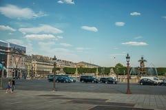 Gente y fuente en la plaza de la Concordia en París fotografía de archivo libre de regalías