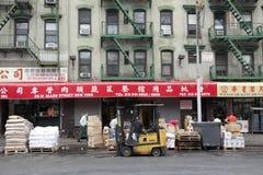 Gente y muestras en la calle de Allen en Chinatown Manhattan Nueva York Fotografía de archivo