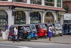 Gente y taxis del tuk del tuk en la calle imágenes de archivo libres de regalías