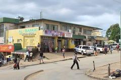 Gente y tiendas en Manzini céntrico, Swazilandia, África meridional, infraestructura africana fotos de archivo