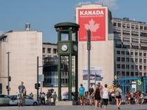 Gente y tráfico en el reloj en Potsdamer famoso Platz en Berlin In Summer, embajada canadiense en el fondo fotos de archivo libres de regalías
