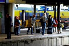 Gente y trenes en la estación de ferrocarril Utrecht, Holanda, los Países Bajos del NS de la plataforma Foto de archivo