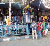 3 genti sono sul sentiero per pedoni in Calcutta Immagine Stock