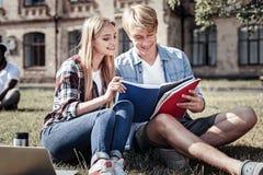 Gentil étudiant positif étudiant pour un examen Photographie stock