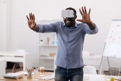 Gentil Afro-américain à l'aide d'un écran virtuel Photo libre de droits