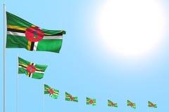 Gentil beaucoup de drapeaux de la Dominique ont placé diagonal sur le ciel bleu avec l'espace pour le contenu - n'importe quelle  illustration de vecteur