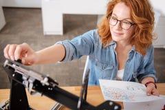 Gentil concepteur professionnel installant l'imprimante 3d Images stock