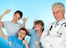 Gentil docteur âgé caucasien avec un patient photographie stock