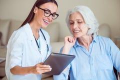 Gentil docteur avec le patient supérieur Image stock