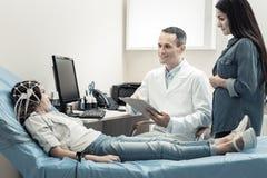 Gentil docteur heureux regardant son patient Images libres de droits
