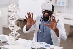 Gentil docteur masculin étant dans la réalité virtuelle Photos stock
