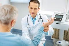 Gentil docteur positif parlant au patient photo libre de droits