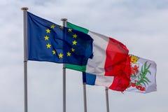 gentil Drapeaux de l'Union europ?enne et d'autres pays sur le remblai de ville image libre de droits
